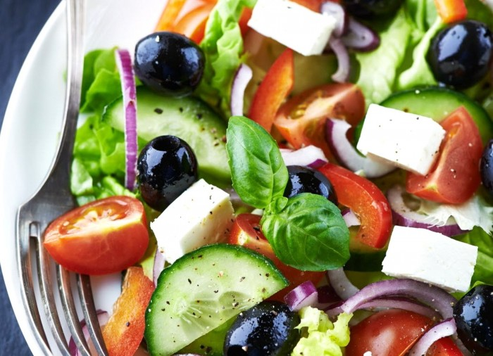 Salade grecque traditionnelle aux fourneaux - Cuisine grecque traditionnelle ...