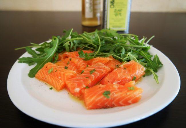 Saumon cru mariné à l'huile d'olive, miel et gingembre