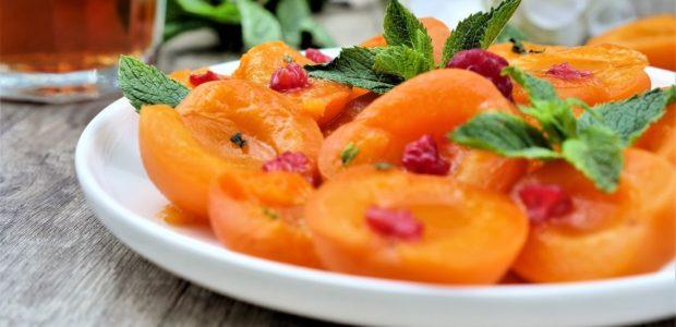 Salade d'abricots au sirop et à la menthe