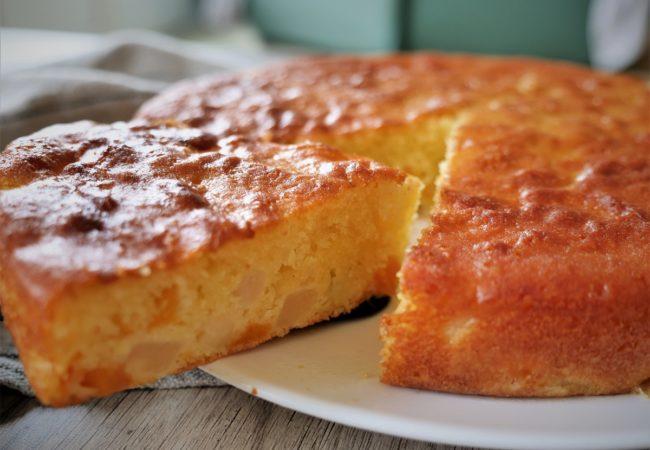 Gâteau au yaourt moelleux aux fruits au sirop