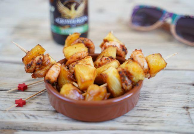 Brochettes de crevettes et ananas flambées