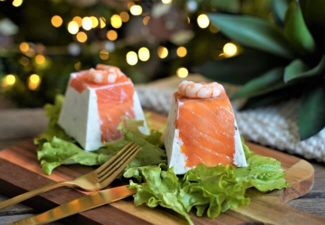 Pyramide de chèvre farcie au saumon et crevettes